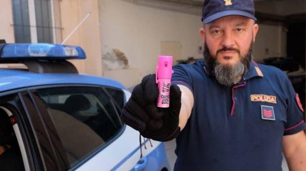 Un rappresentante delle forze dell'ordine tiene una bomboletta di spray al peperoncino