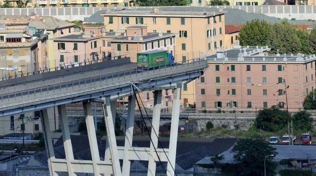 Il crollo del ponte Morandi a Genova (Newpress)