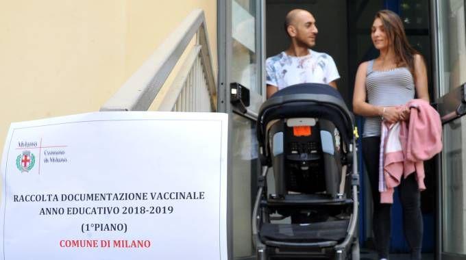Vaccini a scuola, la consegna dei documenti (Newpress)