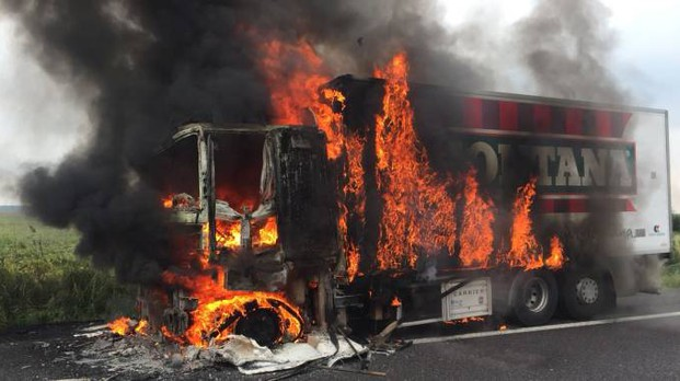 Il camion in fiamme in A13
