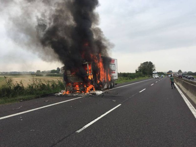 Il camion è rimasto fermo in corsia di sorpasso sulla A13