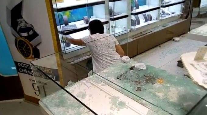 Le vetrine della gioielleria distrutte