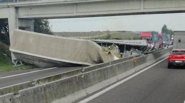 Il tir ribaltato in autostrada
