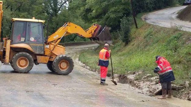 Si rimuove il fango dalle strade