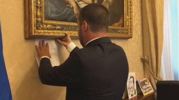 Salvini appende l'avviso di garanzia sulla parete dell'ufficio (Dire)