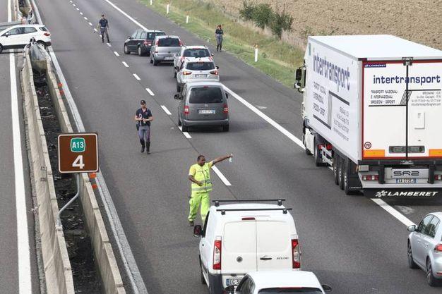 Gli automobilisti bloccati (foto Schicchi)