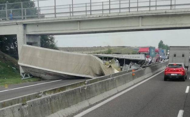 Il camion incastrato sotto al viadotto (foto Ivo Zanchin)