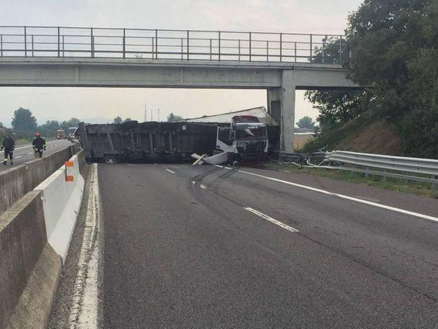 Il camion si è ribaltato occupando l'intera corsia
