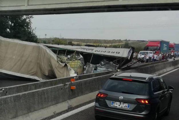 I fusti di soda caustica ribaltati in autostrada (foto Ivo Zanchin)
