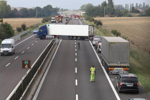 Agli automobilisti in coda nel tratto bloccato, tra le uscite di Bologna Arcoveggio e Interporto, è stato consentito di invertire la marcia e di uscire dall'autostrada (Foto Schicchi)