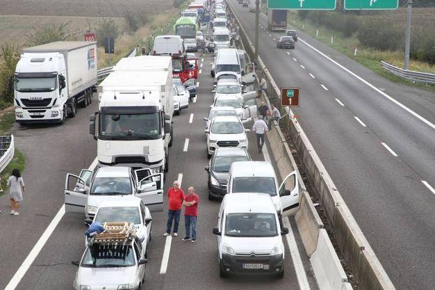 L'A13 è stata chiusa da poco dopo le 14.40 nel tratto bolognese tra le uscite Interporto e Arcoveggio in entrambe le direzioni (Foto Schicchi)