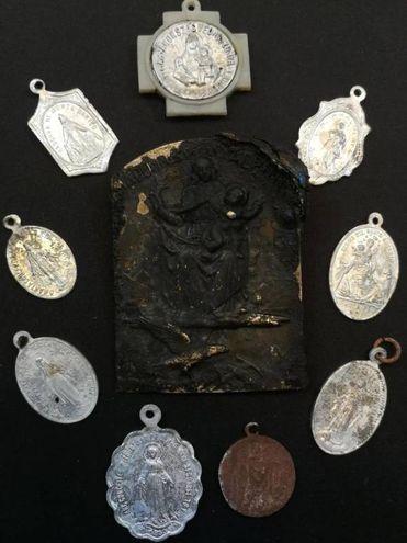 Medagliette votive italiane e bassorilievo in argento della Madonna degli Alpini