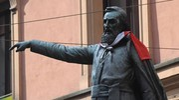 Nel pomeriggio qualcuno ha vestito la statua di Ugo Bassi con la bandiera della polonia (foto Schicchi)