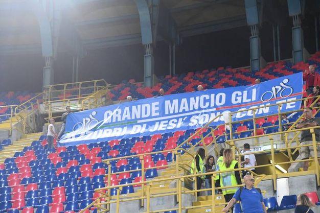 Lo striscione dedicato al Mancio (foto Schicchi)