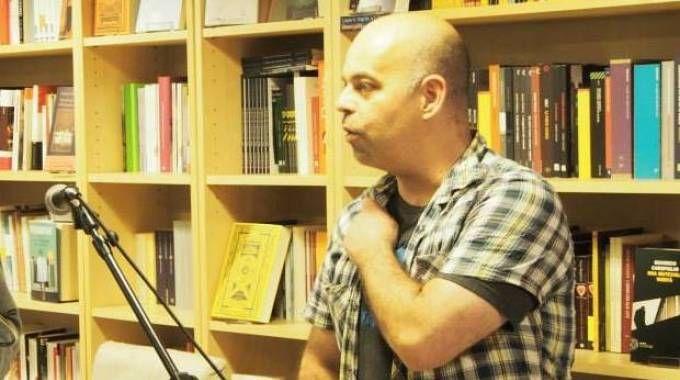 Beppe Marchetti, 40 anni, nella sua libreria