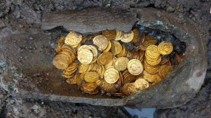 L'anfora con le monete d'oro trovata a Como