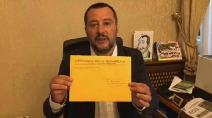 Salvini con la busta inviata dalla Procura (Ansa)