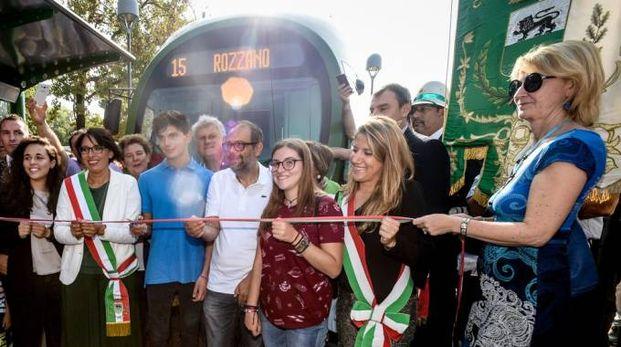 L'inaugurazione della linea 15 a Rozzano (foto LaPresse)