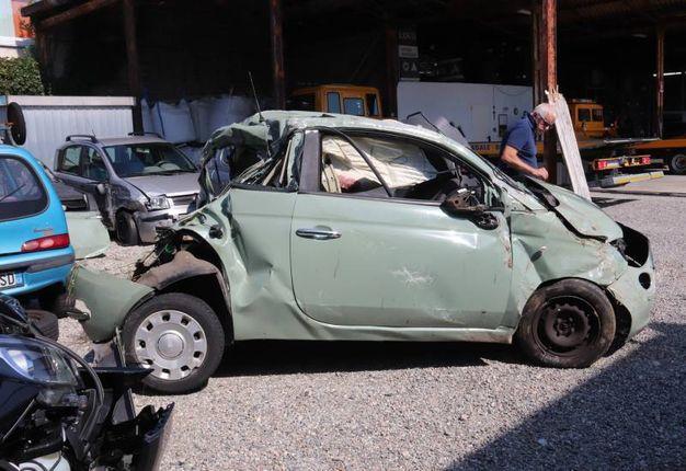 Incidente a Guanzate, l'auto ridotta a un ammasso di lamiere (foto Cusa)