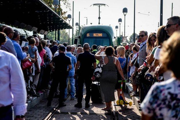 L'inaugurazione del nuovo prolungamento del tram 15 fino al capolinea di via Guido Rossa a Rozzano (foto LaPresse)