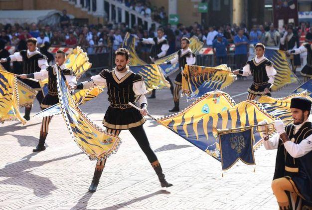 Oltre ottocento figuranti, fra alfieri e musici, in rappresentanza di 22 gruppi, provenienti da ogni parte della penisola (foto Businesspress)