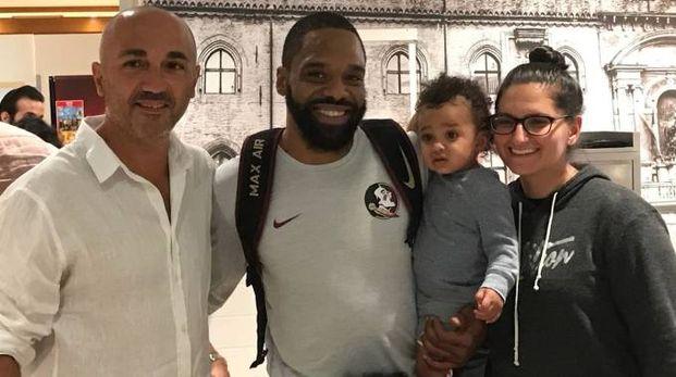 Isaiah Swann con i famigliari, accolto all'aeroporto dal ds estense Alessandro Pasi