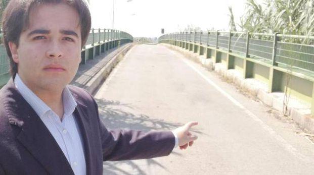 Nicolas Vacchi mostra il piccolo ponte sul Sillaro