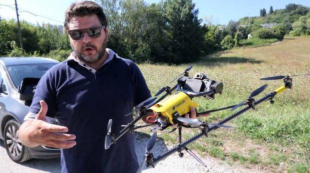 Un operatore con un drone (foto di repertorio)