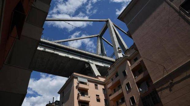 I palazzi sotto al Ponte Morandi crollato (Ansa)