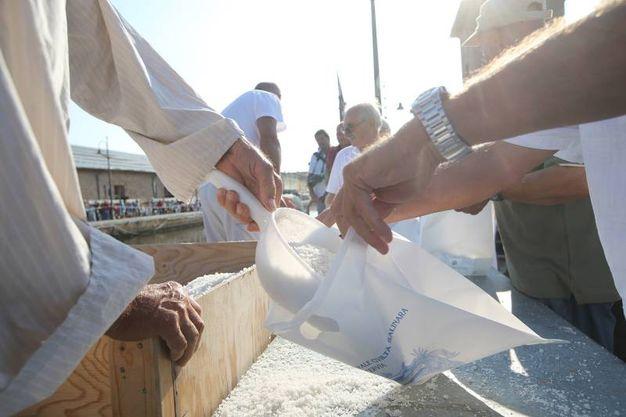 La cerimonia si è svolta con i tre salinari che hanno caricato il sale prodotto nella Salina Camillone (foto Zani)