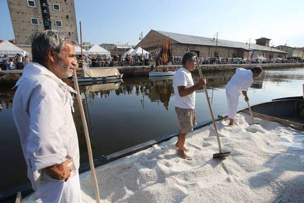 L'arrivo lungo il canale della Burchiella carica di 'Oro bianco' e condotta da tre salinari (foto Zani)