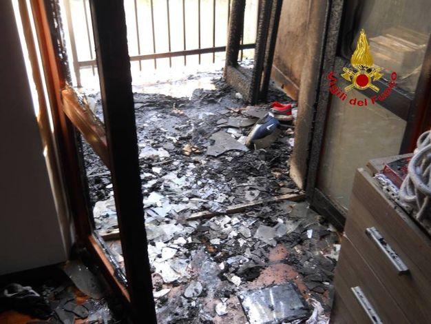Le fiamme hanno coinvolto anche la camera da letto