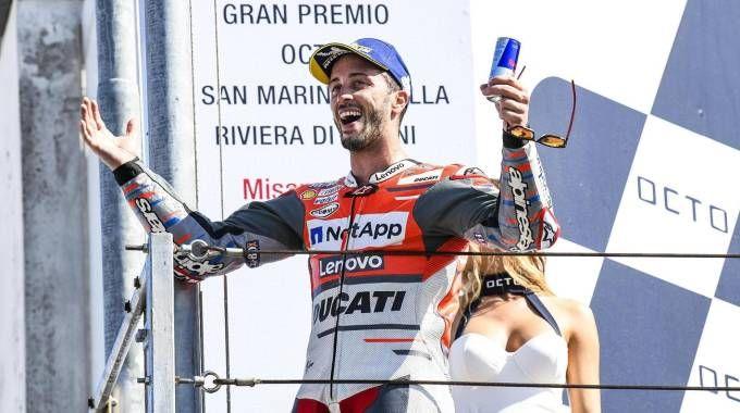 Andrea Dovizioso festeggia la vittoria del Gp di San Marino (Ansa)