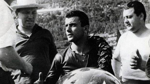 Al centro, Silvio Grassetti, pilota di moto