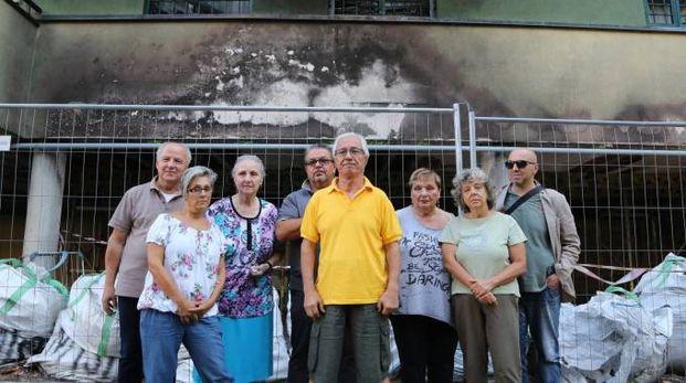 I residenti del condominio di via Molino di Pescarola davanti al palazzo ancora annerito