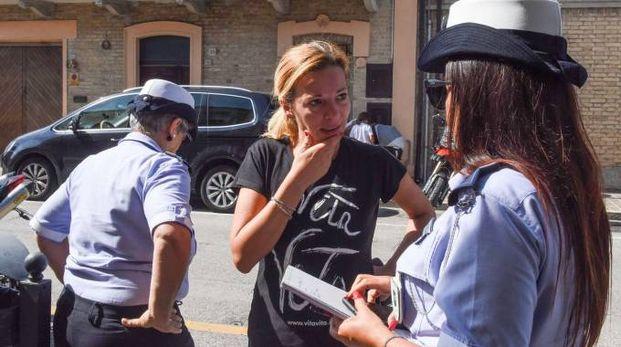 L'assessore Maika Gabellieri con la polizia municipale (foto De Marco)