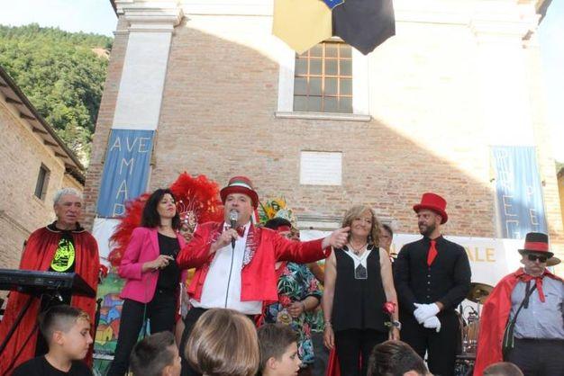 Sfila davanti al pubblico Gianni Aluigi