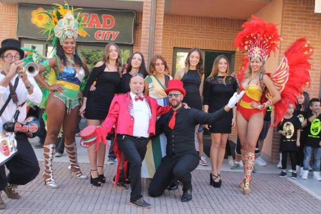 Aluigi festeggia subito con le ballerine brasiliane