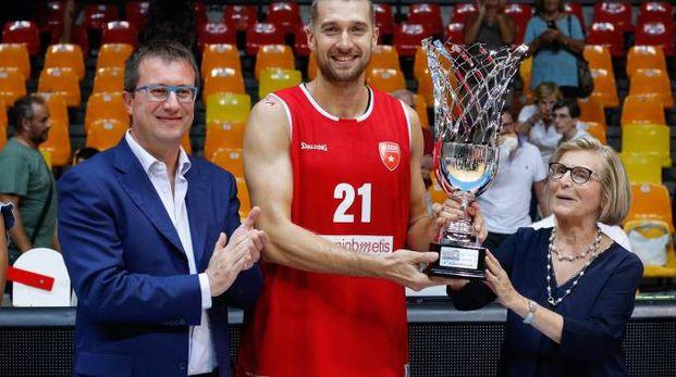 Capitan Giancarlo Ferrero con il trofeo (Ciamillo)