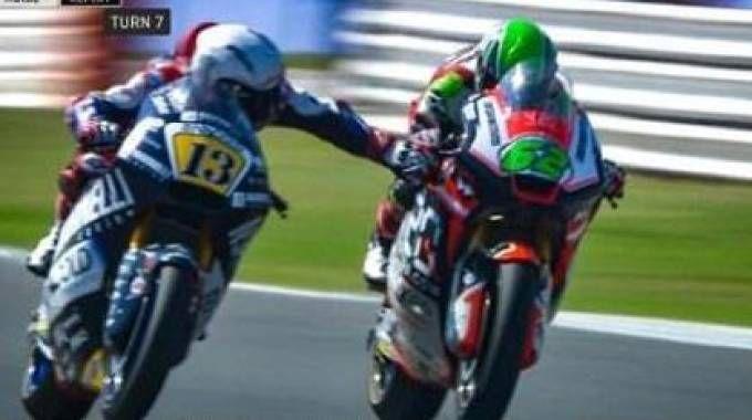 L'ATTIMO CLOU Romano Fenati si avvicina alla moto di Stefano Manzi e afferra il freno