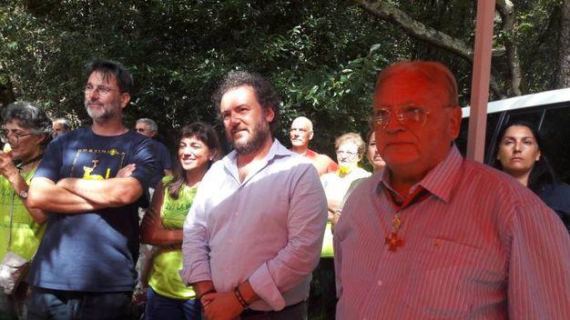 Da sinistra don Cristian, parroco di Valle Benedetta, con Francesco Gazzetti, consigliere regionale, e Bruno Bartolini, dell'Ordine Templari Livorno