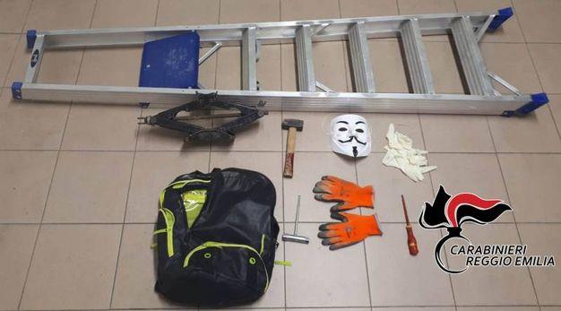 Il materiale per il furto sequestrato dai carabinieri