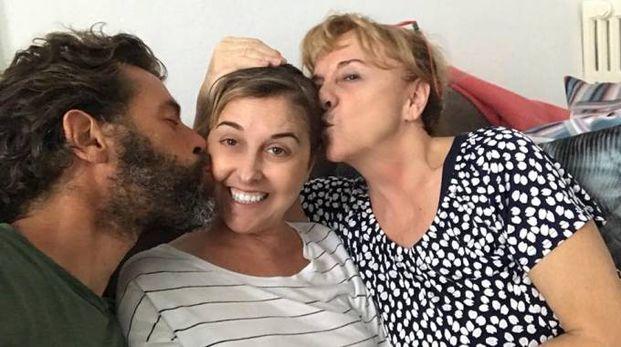 Nadia Toffa (al centro) con la madre e il collega Marco (Foto Facebook)