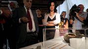 Il ministro Bonisoli e le monete d'oro trovate a Como (foto Ansa)