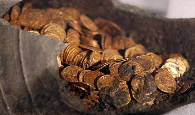 Le monete d'oro trovate a Como (foto Ansa)