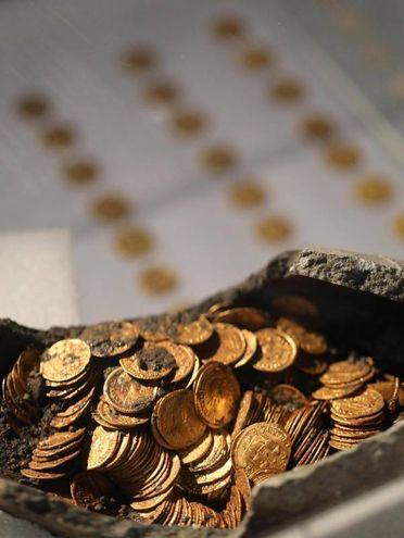 Le monete d'oro trovate a Como (foto Lapresse)