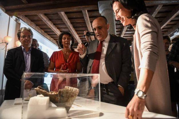Il ministro Bonisoli e le monete d'oro trovate a Como (foto Lapresse)