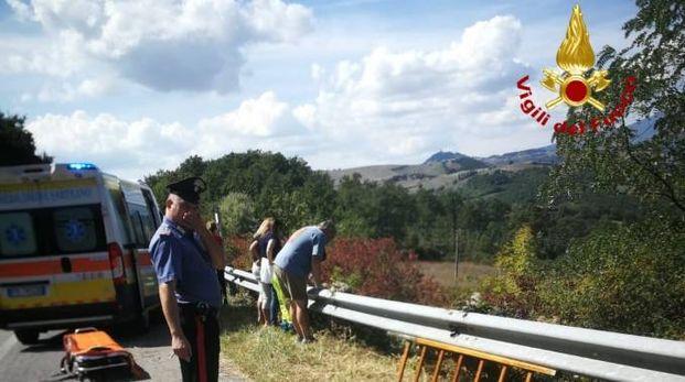 Ferito motociclista finito contro guard rail