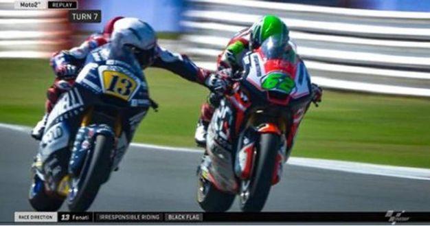 Il frame di Sky Sport mostra Romano Fenati mentre tira la leva del freno anteriore ad un avversario, l'altro italiano Stefano Manzi, mentre le due moto viaggiavano ad oltre 200 km orari (foto Ansa)