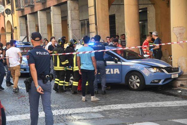 La volante della polizia ha sbattuto contro il portico (foto Schicchi)
